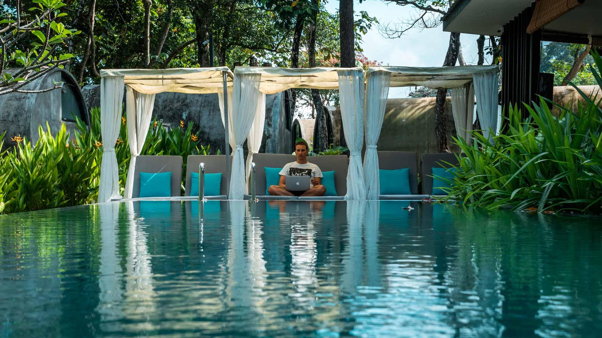Praca zdalna przy basenie, Culvert, Borneo, Malezja